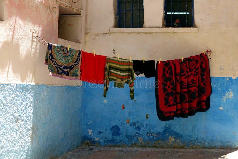 Rue utilisée comme la cour au Maroc, Afrique image libre de droits