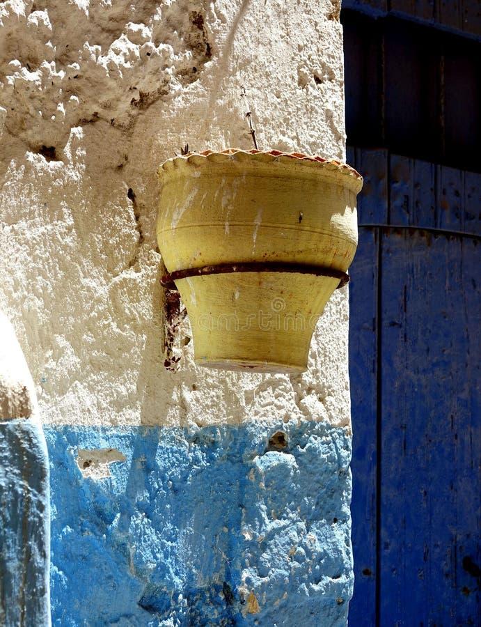 Rue utilisée comme la cour au Maroc, Afrique images stock