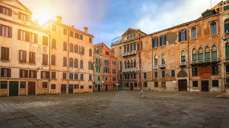 Rue ? Venise, Italie Rue ?troite parmi de vieilles maisons color?es de brique ? Venise, Italie Carte postale de Venise images libres de droits