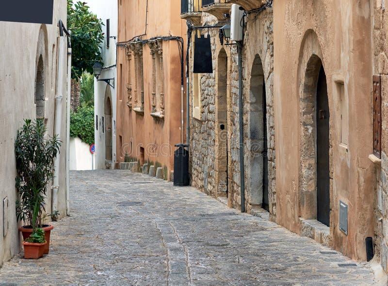 Rue vide avec du charme de pavé rond de vieille ville d'Ibiza Eivissa images stock