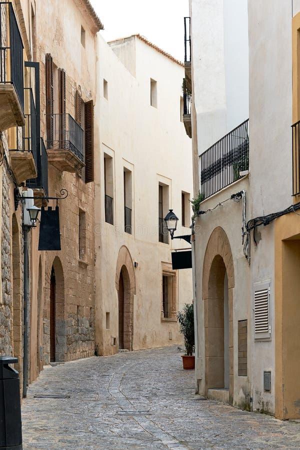 Rue vide avec du charme de pavé rond de vieille ville d'Ibiza Eivissa photographie stock