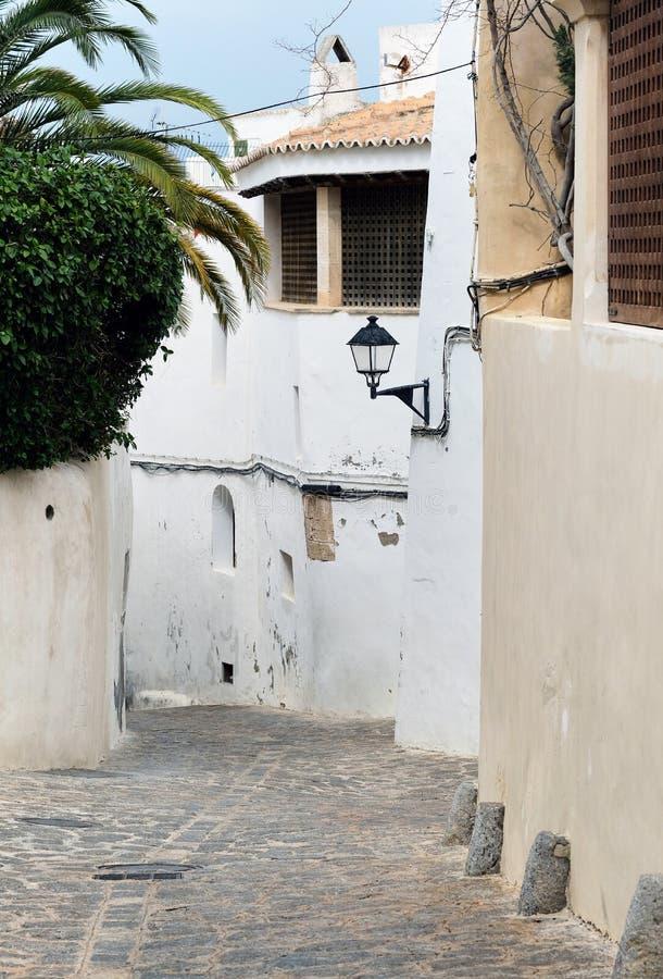 Rue vide avec du charme de pavé rond de vieille ville d'Ibiza Eivissa photos stock