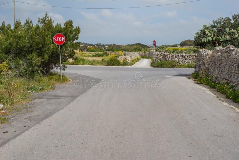 Rue vide avec le signe de carrefour et d'arrêt, Dingli, Malte photo libre de droits