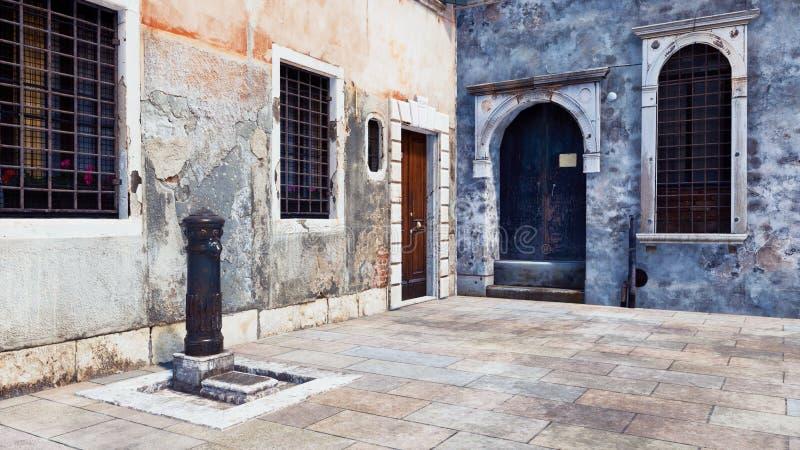 Rue vide avec les bâtiments antiques à Venise illustration stock