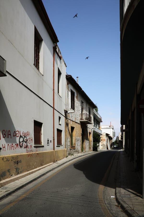 Rue vide près du cadre à Nicosia, Chypre. image libre de droits