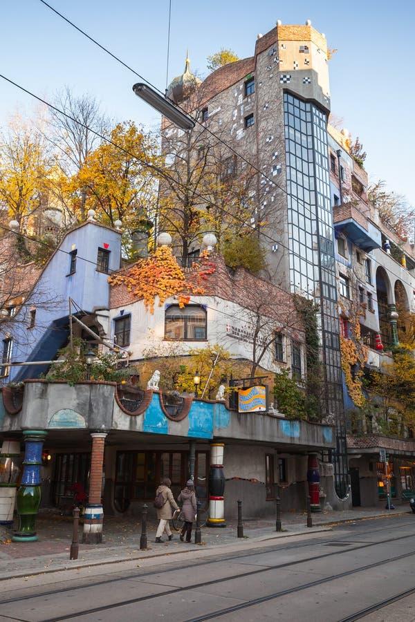 Rue-vue verticale avec la maison de Hundertwasser photos libres de droits