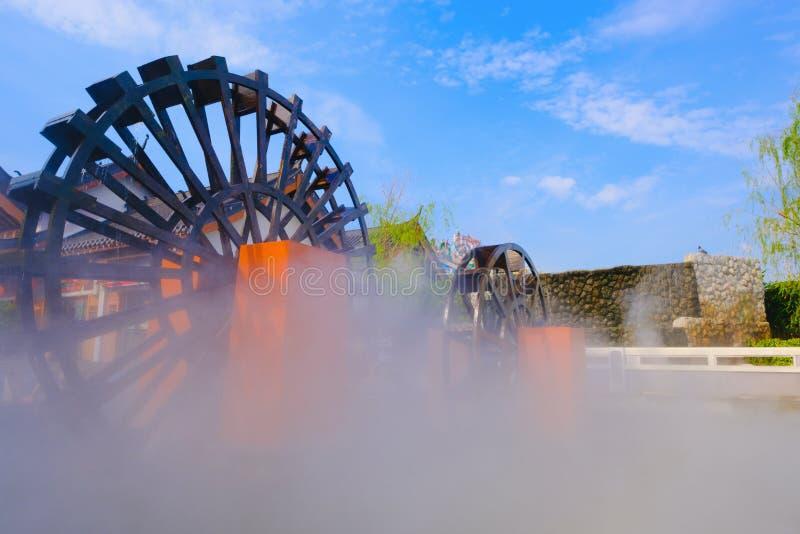 Rueda de agua de madera con niebla imágenes de archivo libres de regalías