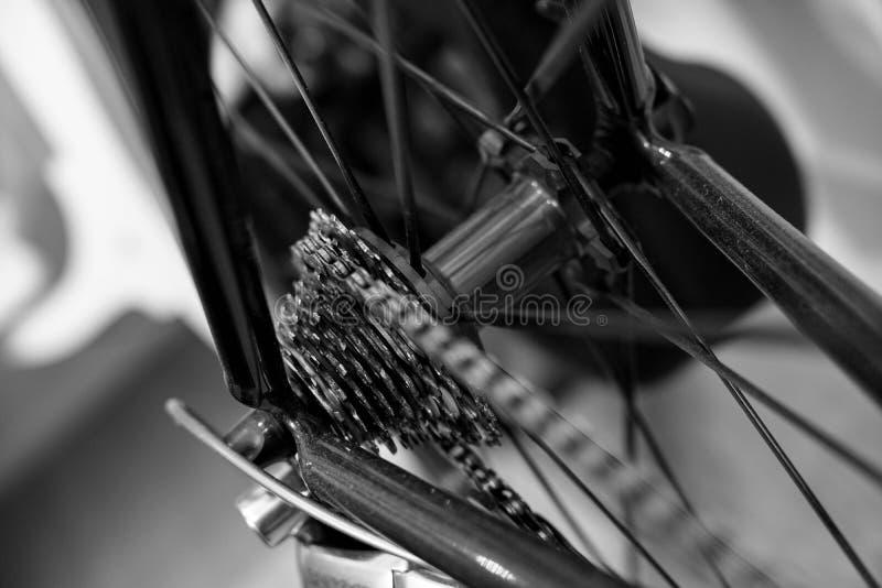 Rueda de bicicleta y engranajes posteriores el competir con imagenes de archivo