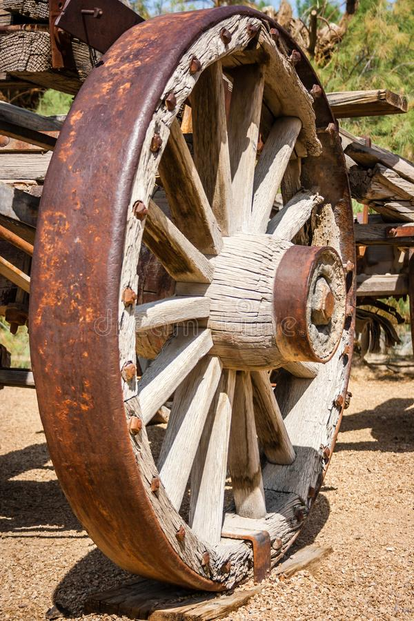 Rueda de carro de madera del oeste vieja antigua fotografía de archivo libre de regalías