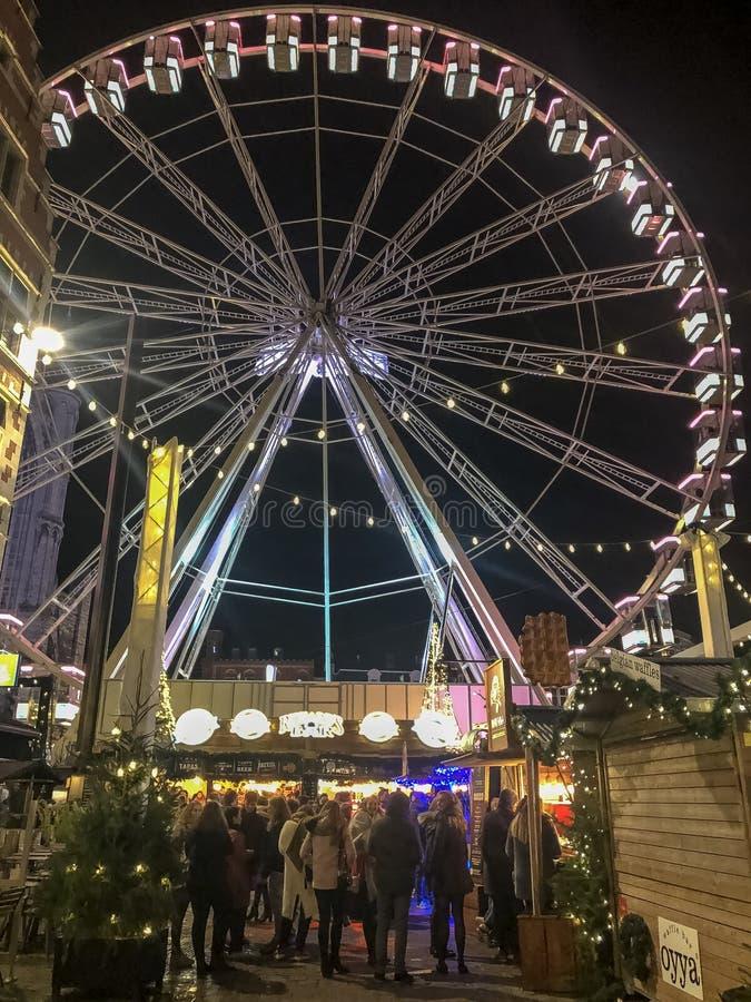 Rueda de Christmass en el mercado de Christmass en ciudad europea foto de archivo