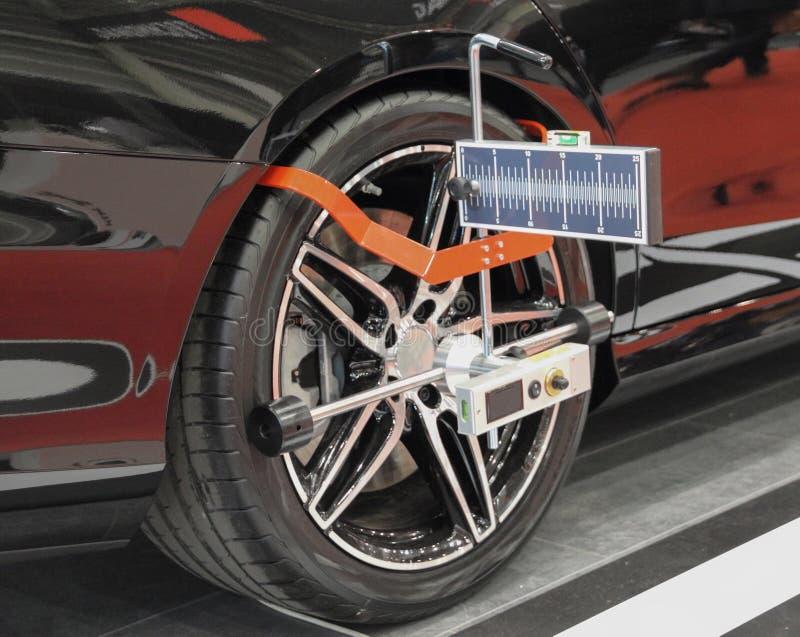 Rueda de coche posterior con los sensores en la rueda para el control de la comba de la alineación de ruedas fotografía de archivo libre de regalías