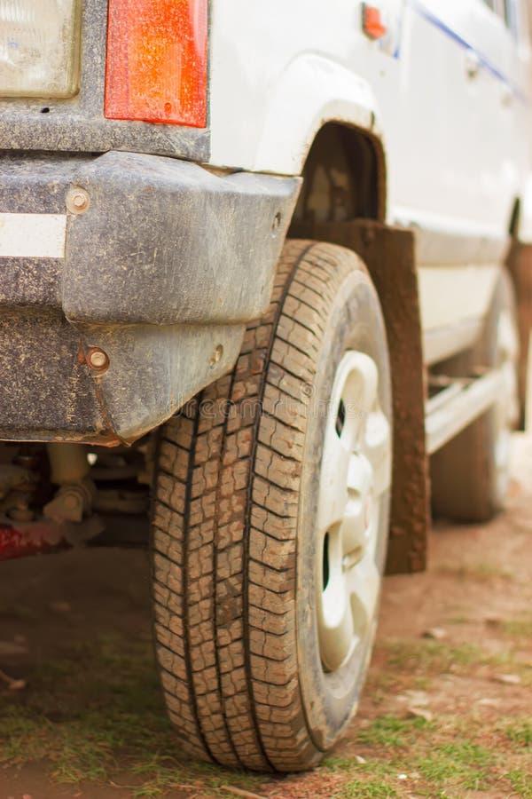 Rueda de coche sucia después de un viaje a través de las montañas fotos de archivo
