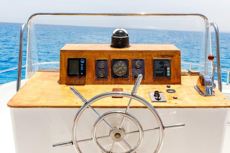 Rueda de control del yate de la navegación e instrumento de la navegación fotos de archivo