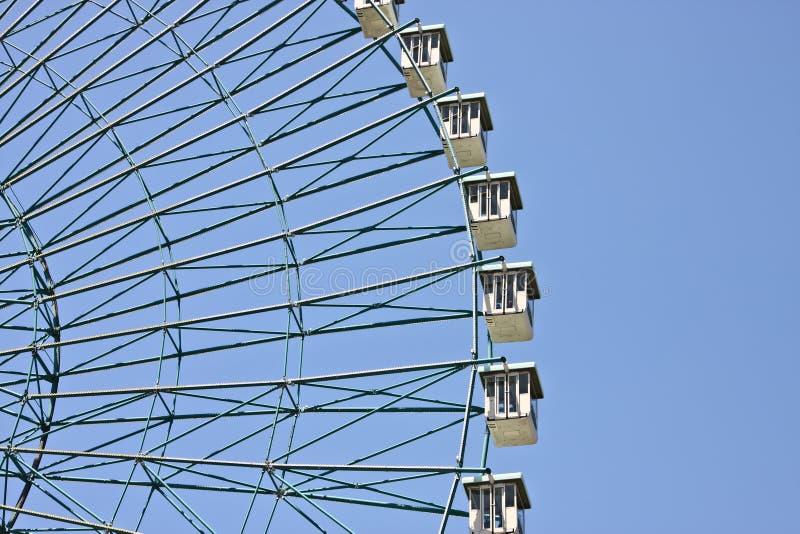 Rueda de Ferris con el fondo del cielo azul imágenes de archivo libres de regalías