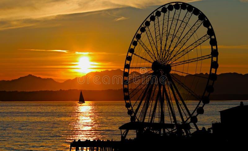 Rueda de Ferris de la puesta del sol fotografía de archivo