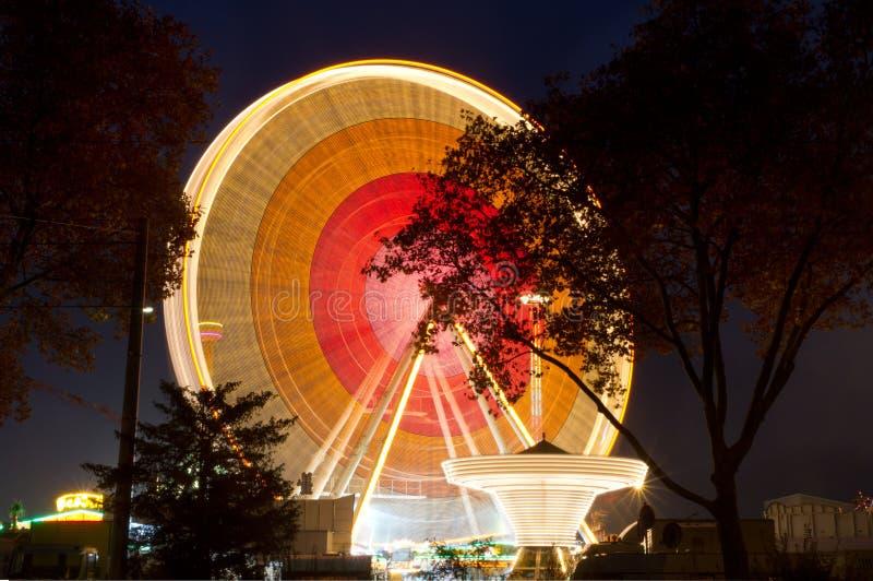 Rueda de Ferris en la feria de condado en la noche, Alemania foto de archivo libre de regalías