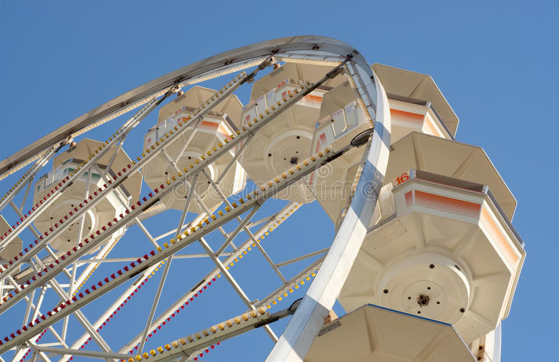 Rueda de Ferris retra contra el cielo azul imágenes de archivo libres de regalías