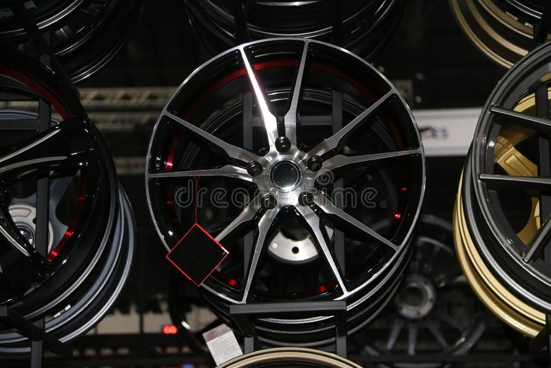 Rueda de la aleación del coche en el estante Las ruedas de la aleación son las ruedas que se hacen de una aleación del aluminio o imagenes de archivo