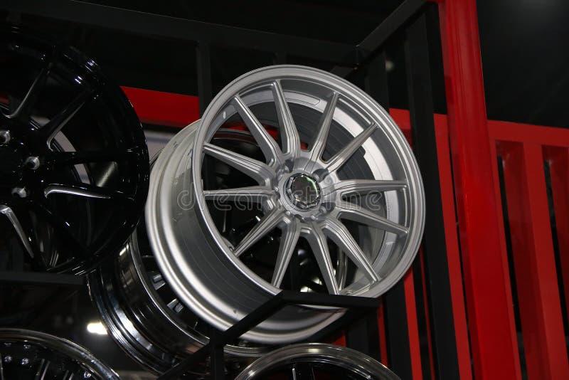 Rueda de la aleación del coche en el estante Las ruedas de la aleación son las ruedas que se hacen de una aleación del aluminio o fotos de archivo libres de regalías