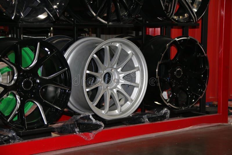 Rueda de la aleación del coche en el estante Las ruedas de la aleación son las ruedas que se hacen de una aleación del aluminio o foto de archivo