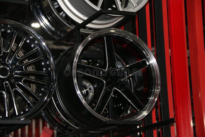 Rueda de la aleación del coche en el estante Las ruedas de la aleación son las ruedas que se hacen de una aleación del aluminio o imagen de archivo libre de regalías