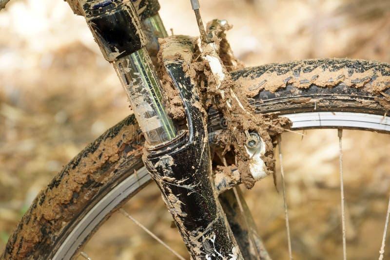Rueda de la bici de montaña cubierta con fango fotos de archivo libres de regalías