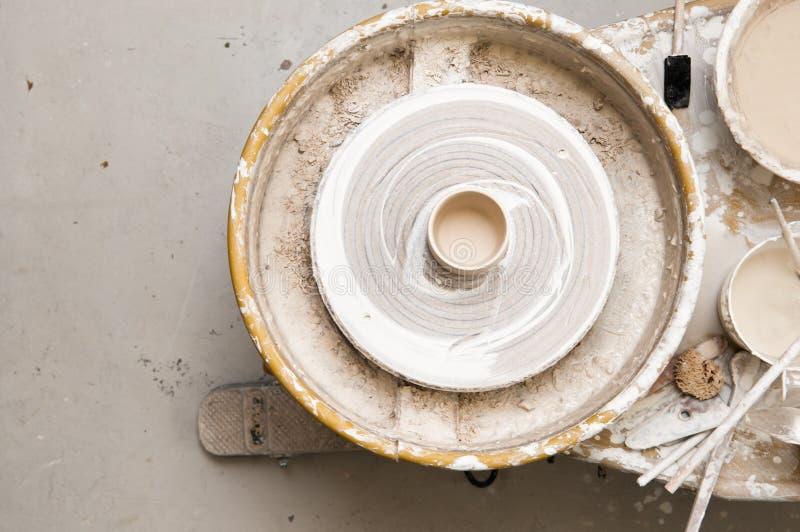 Rueda de la cerámica y herramientas creativas foto de archivo libre de regalías