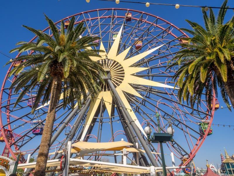 Rueda de la diversión de Mickey en el parque de la aventura de Disney California imagenes de archivo