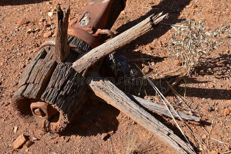 Rueda de madera de la vieja descomposición con los rayos y el eje fotos de archivo