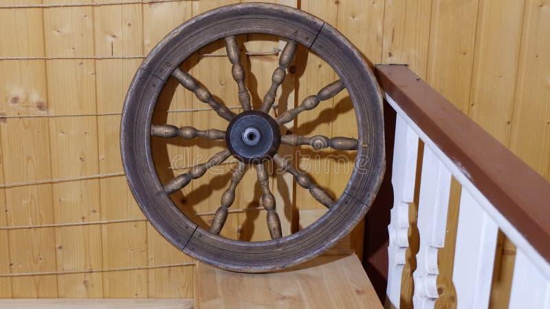 Rueda de madera vieja en la pared de la textura de madera natural de la casa imagen de archivo