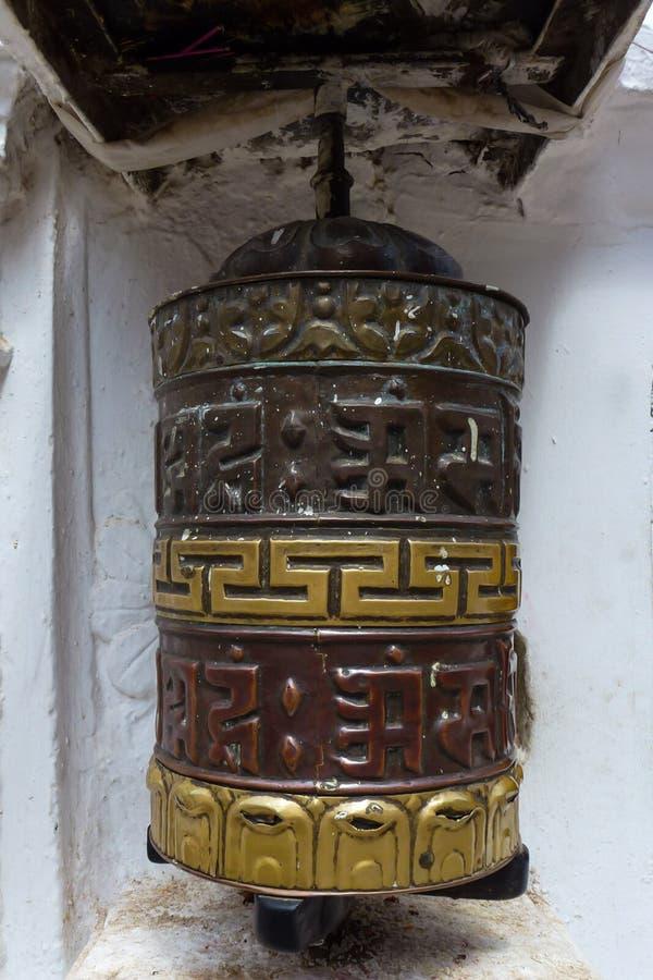 Rueda de rezo con mantras en el stupa de Boudhanath, Katmandu, Nepal foto de archivo