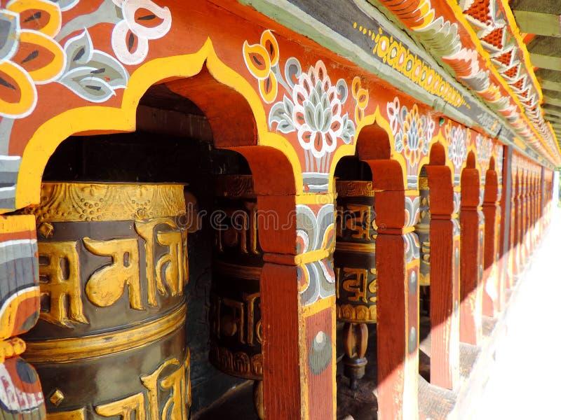 Rueda de rezo en Changangkha Lhakhang, Timbu, Bhután imagenes de archivo