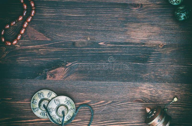 Rueda de rezo, gotas de rezo, bolas mágicas y placas de cobre amarillo para el rel imágenes de archivo libres de regalías
