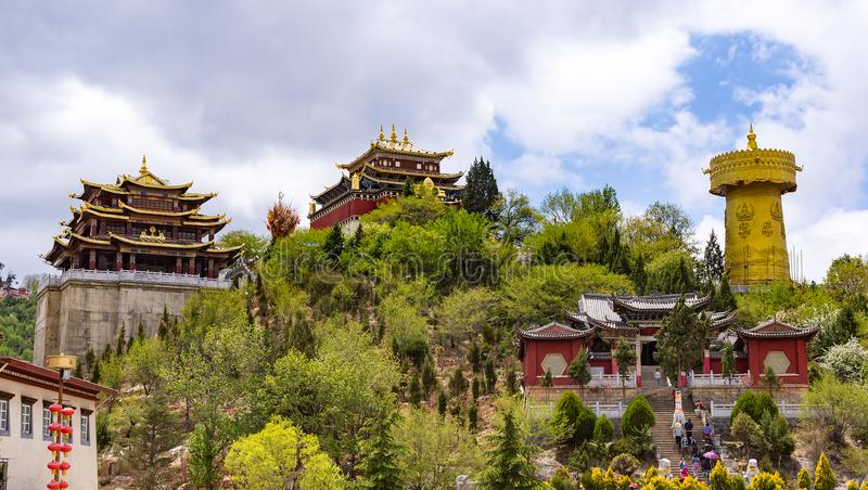 Rueda de rezo y templo tibetanos gigantes de Zhongdian - privince de Yunnan, China fotos de archivo libres de regalías