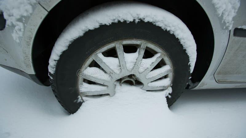 Rueda de un coche en nieve almacen de metraje de vídeo