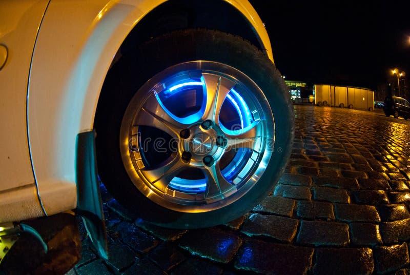 Rueda del automóvil con la iluminación de neón fotografía de archivo