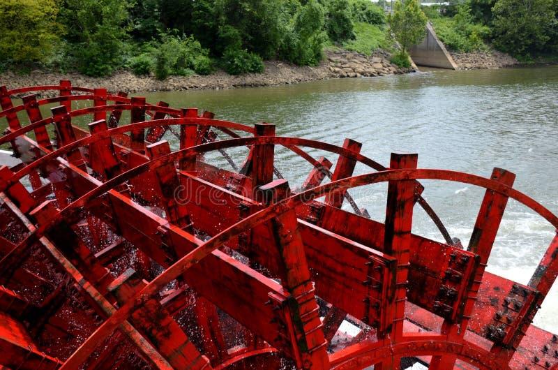 Rueda del barco de paleta que hace girar en el agua fotos de archivo
