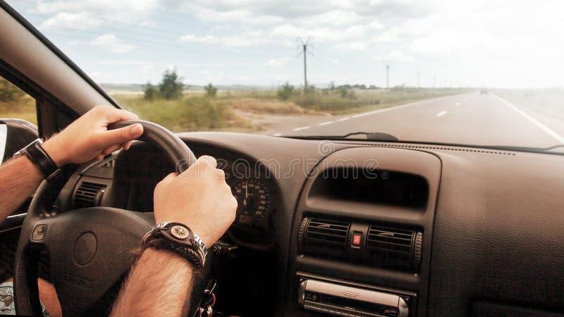 Rueda del coche de conducción manual foto de archivo libre de regalías