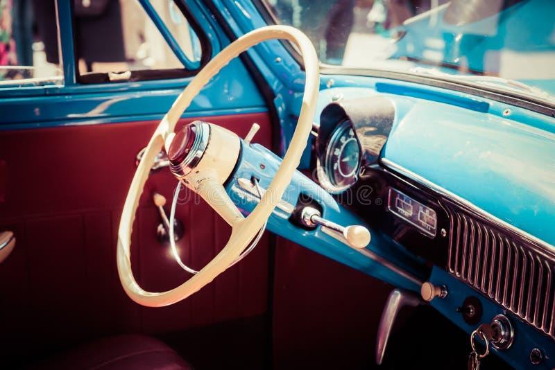 Rueda e interior plásticos de un coche soviético viejo imagen de archivo
