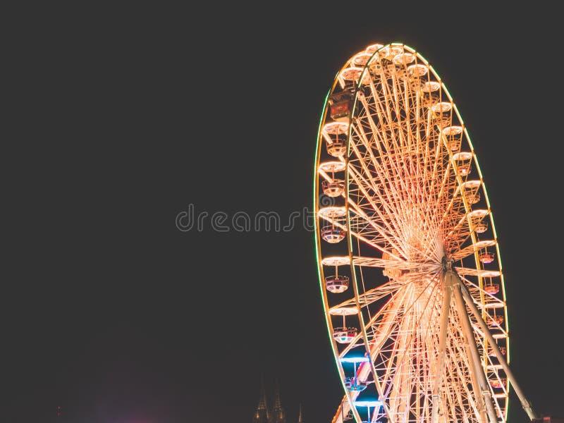 Rueda grande en una feria de diversión en la noche fotos de archivo libres de regalías