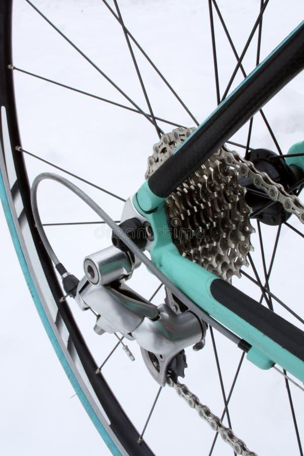 Rueda trasera y engranajes de la bici del camino imagen de archivo