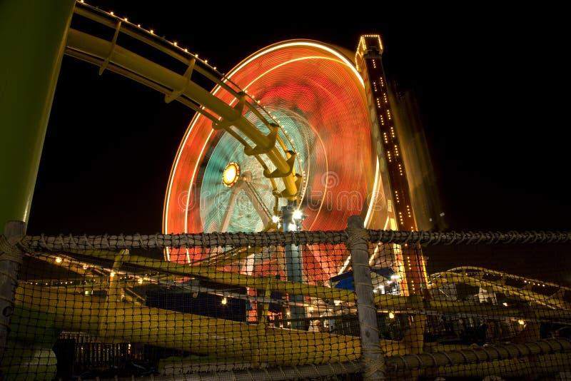 Rueda y montaña rusa de Ferris fotografía de archivo