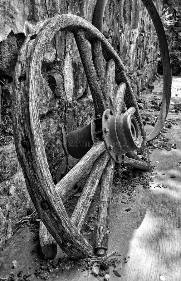 Rueda y rayos de madera antiguos de carro fotografía de archivo