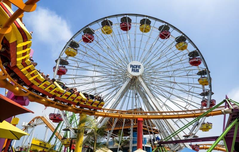 Rueda y rollercoast de Santa Monica Pier en el parque de atracciones, el 12 de agosto de 2017 - Santa Monica, Los Ángeles, LA, Ca fotos de archivo
