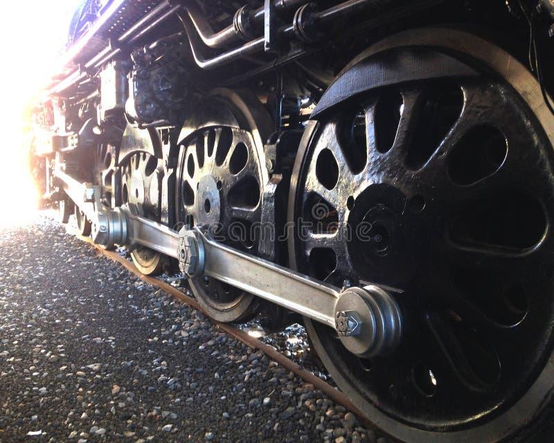 Ruedas antiguas del tren con una llamarada de la lente imágenes de archivo libres de regalías