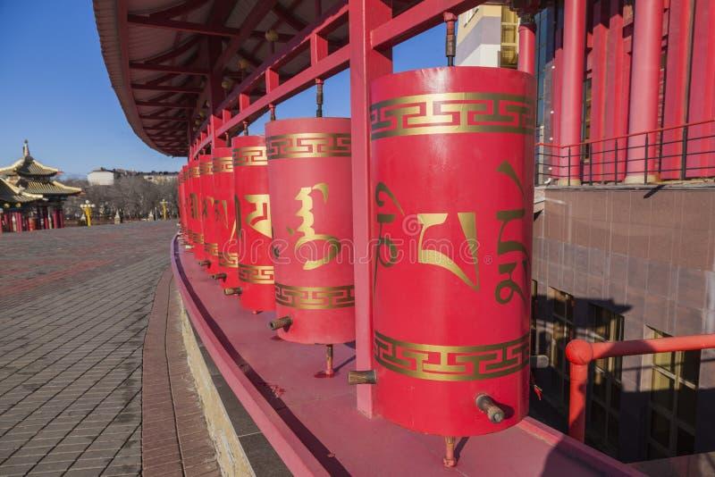 Ruedas de rezo en el templo budista Elista Rusia fotos de archivo libres de regalías
