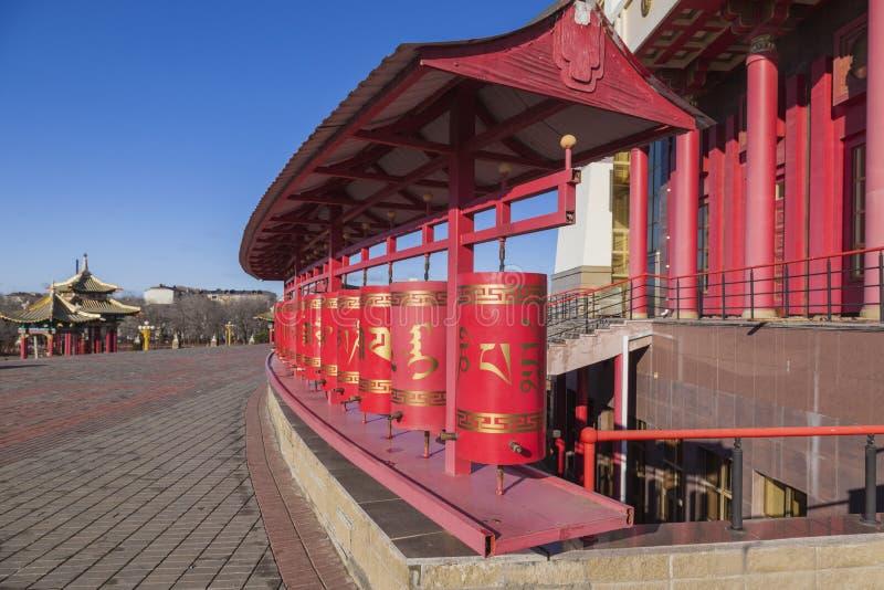 Ruedas de rezo en el templo budista en Elista foto de archivo