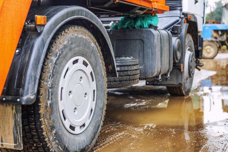 Ruedas de un camión grande en un charco de fango Primer imagenes de archivo