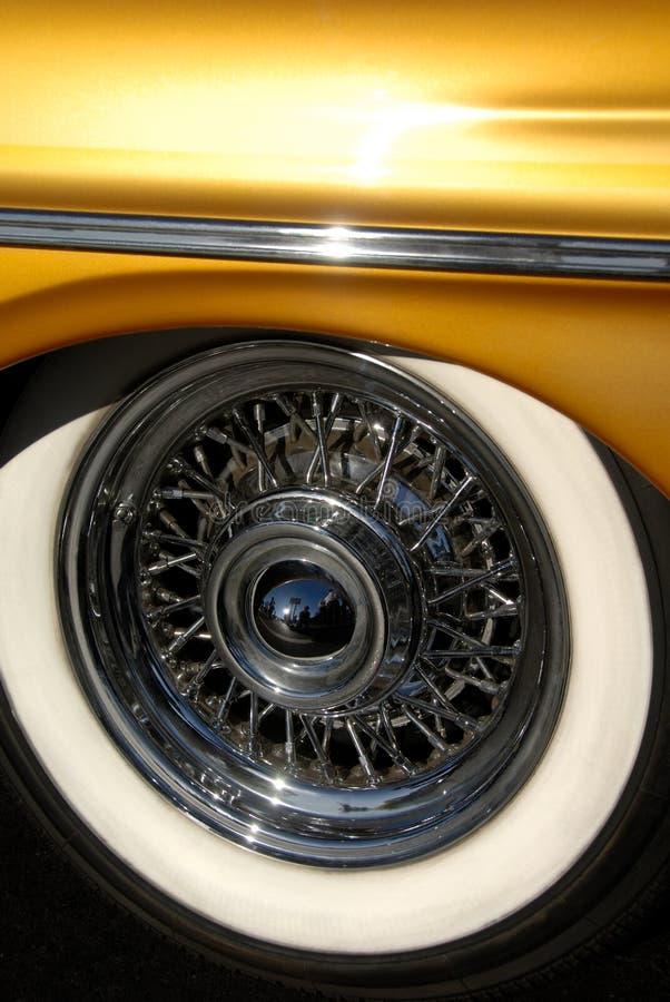 Ruedas del alambre y neumáticos blancos de la pared imagenes de archivo