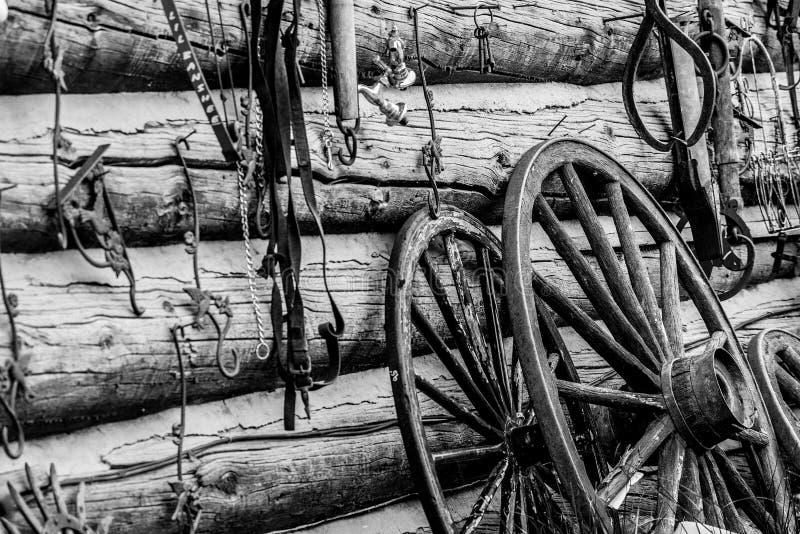 Ruedas del oeste viejas del granero y de carro del vintage imágenes de archivo libres de regalías